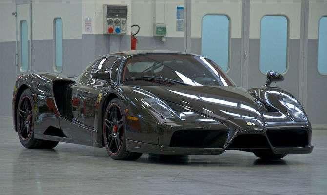 a5830ac3809a2 Ferrari Enzo 2004 com carroceria de fibra de carbono aparente está sendo  vendida por US$