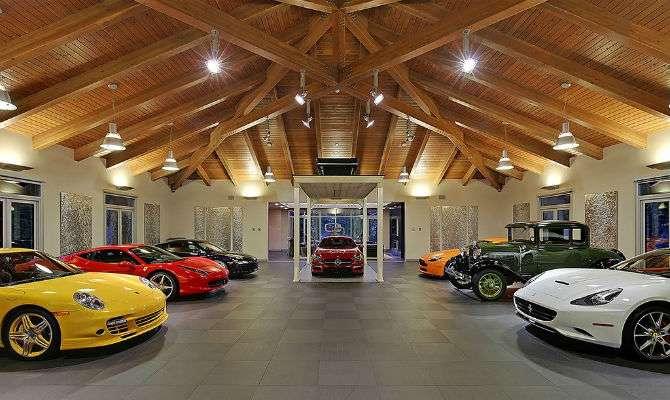 Ambiente interno mostra a garagem milionária com os cômodos dispostos em torno