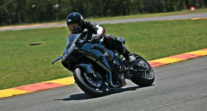 Andamos na exclusiva e potente Kawasaki Ninja H2R