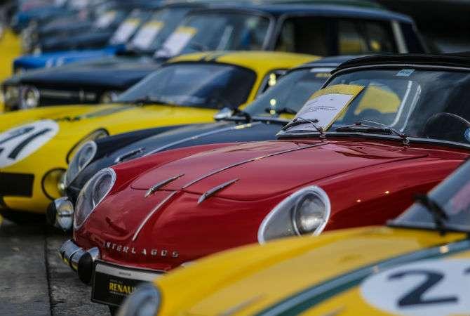 Clássicos da Renault se reuniram no Sambódromo