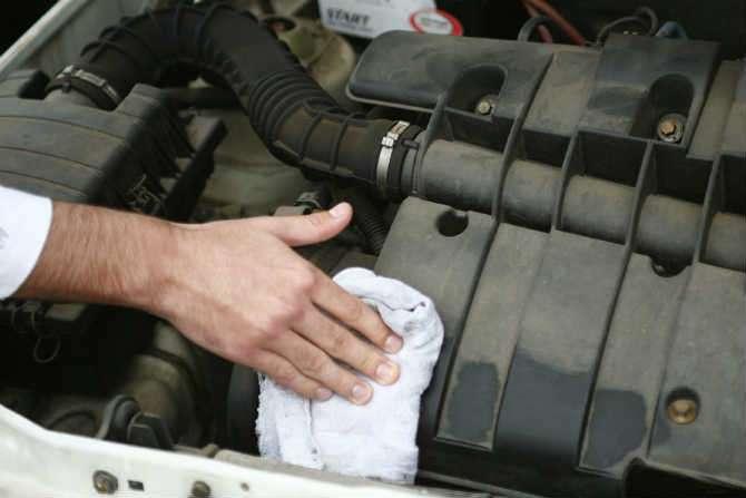 Motor deve ser limpo com pano úmido apenas