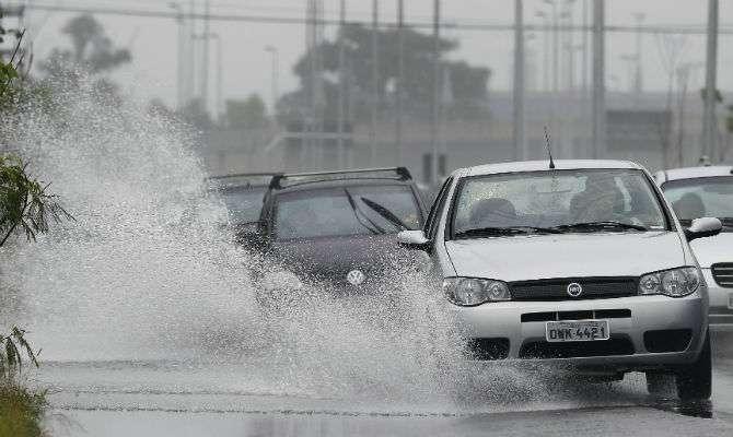Evite riscos ao dirigir sob chuva