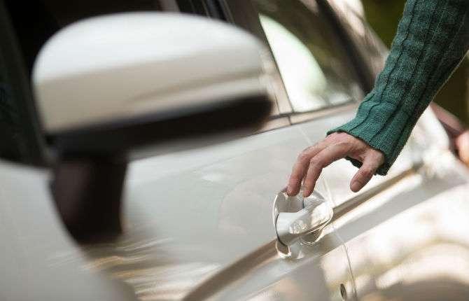 Evite levar choques ao abrir a porta do carro