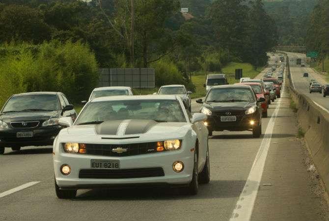 Uso de faróis durante o dia facilita a visualização de veículos a distâncias maiores