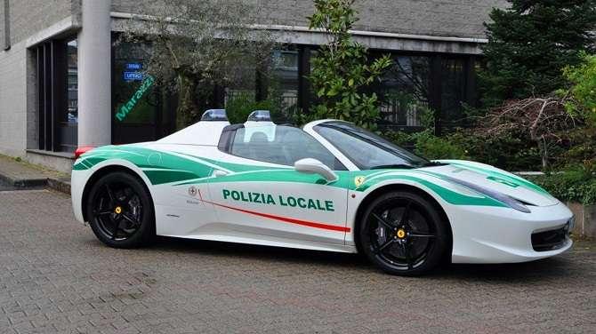Ferrari 458 recebeu kit de luzes e pintura em verde para se juntar à força