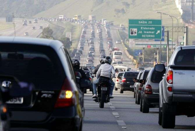 Se a estrada está cheia, tenha paciência: usar o acostamento como atalho é infração gravíssima
