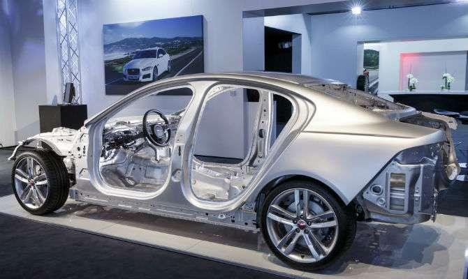 O que se vê neste Jaguar XE é feito de alumínio. O que falta (como portas) é aço