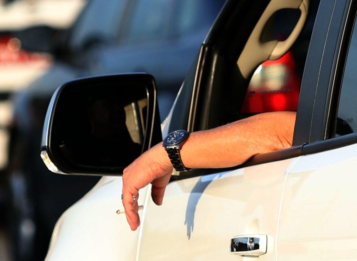Motorista com braço para fora