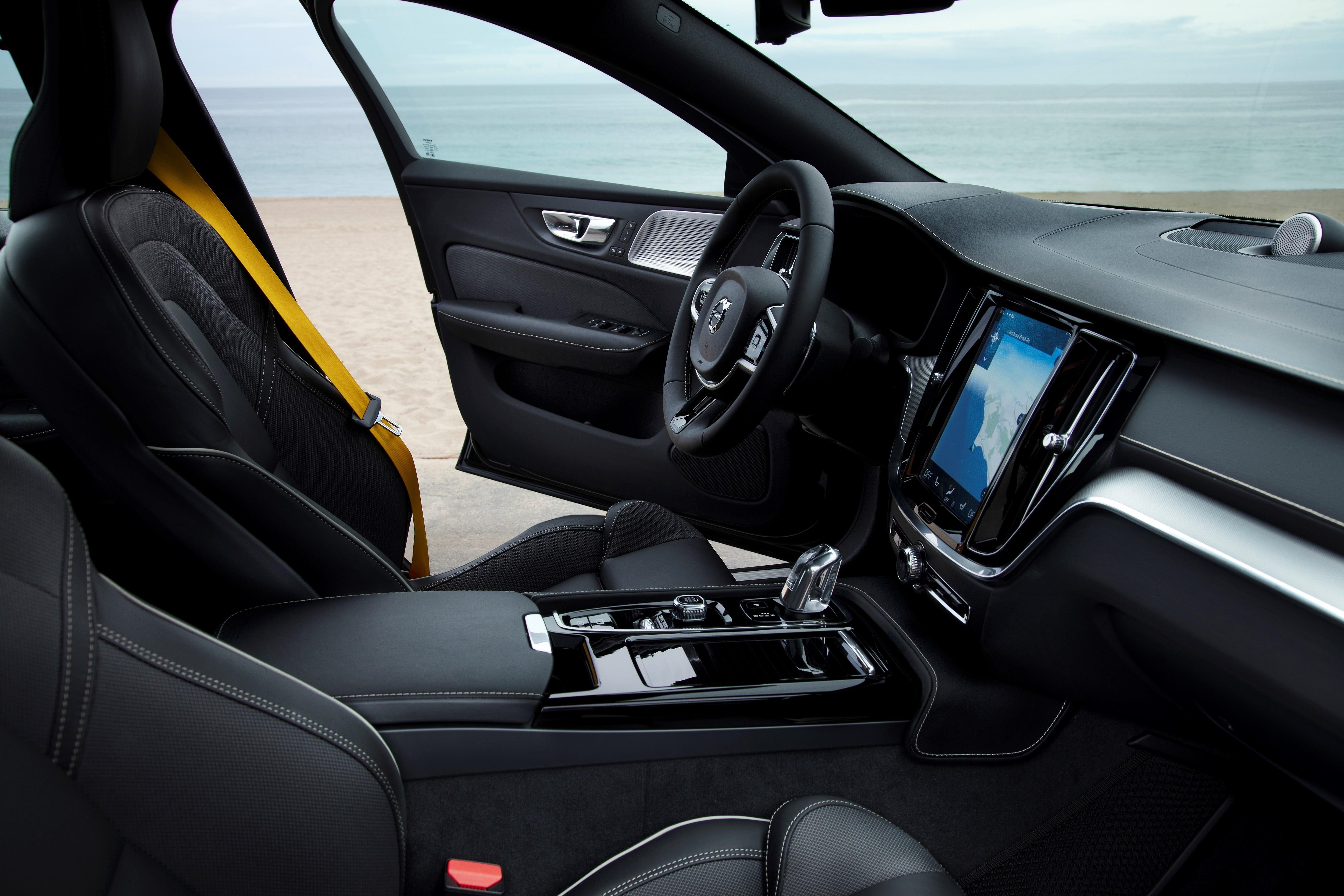 S60 T8 Hybrid agrega tudo que um sedan premium precisa para encarar os rivais alemães, e com eficiência acima de um veículo 1.0