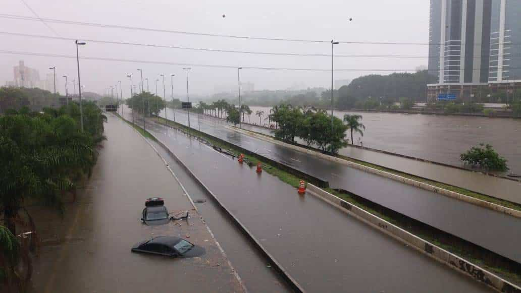 carro em enchente