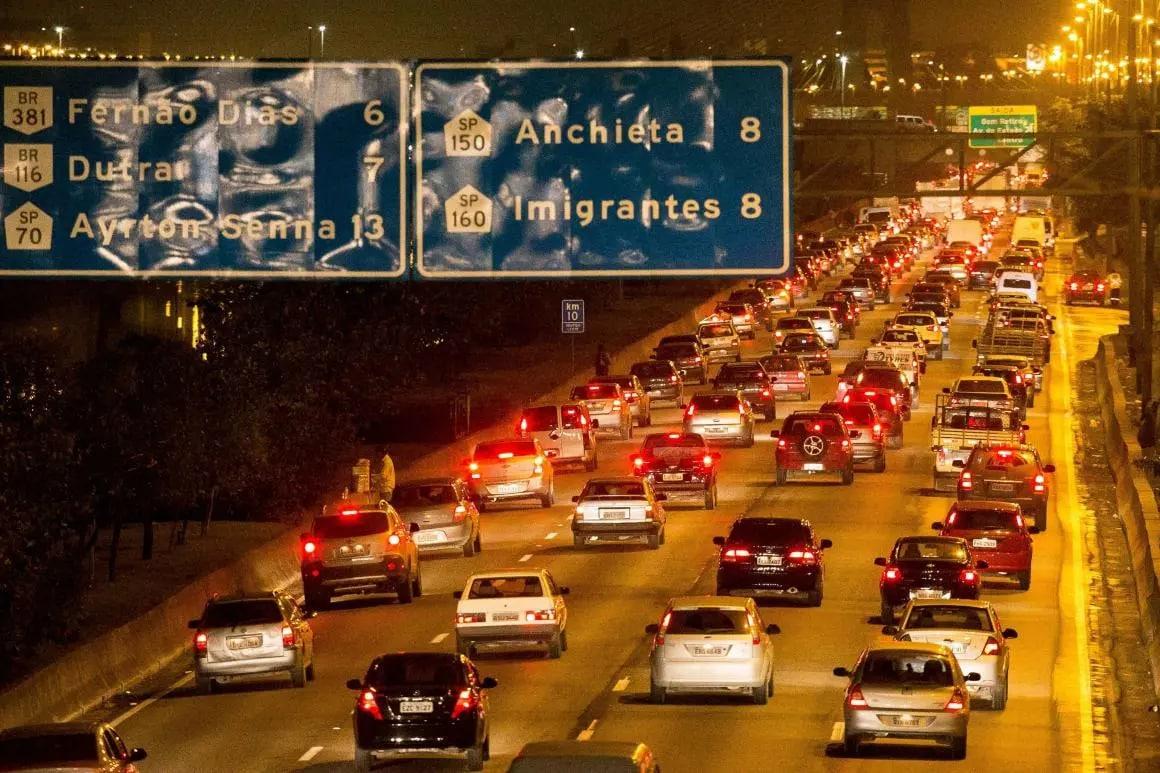 Veículos trafegando em São Paulo