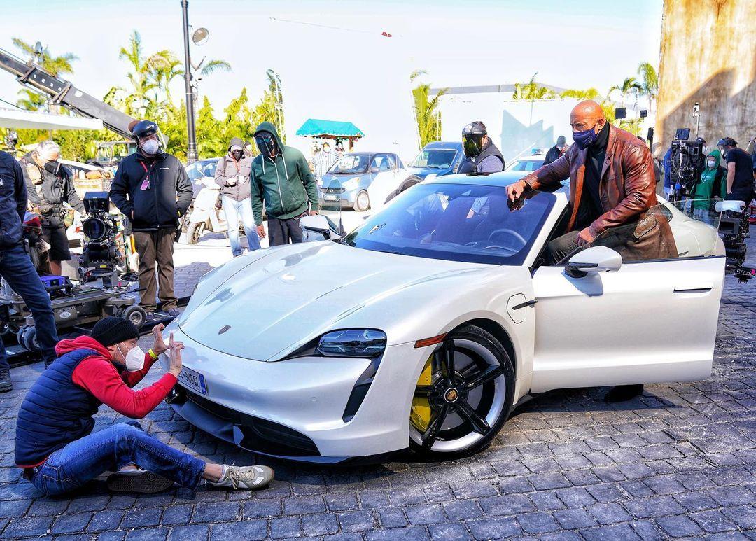 The Rock Nao Cabe No Eletrico Porsche Taycan Durante Filmagens
