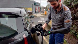 Postos de recarga de carros elétricos não são acessíveis para pessoas PCD