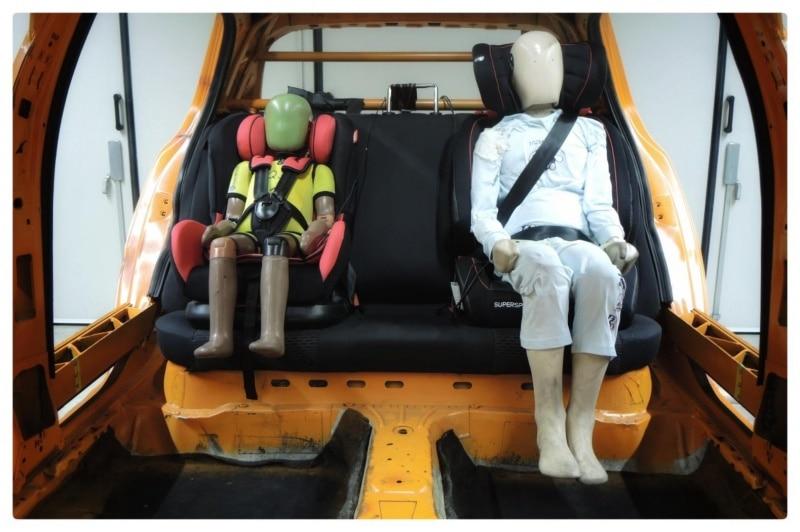 Testes das cadeirinhas ocorreram em parte da estrutura de um Volkswagen Golf