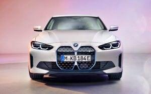 BMW i4 sedã elétrico
