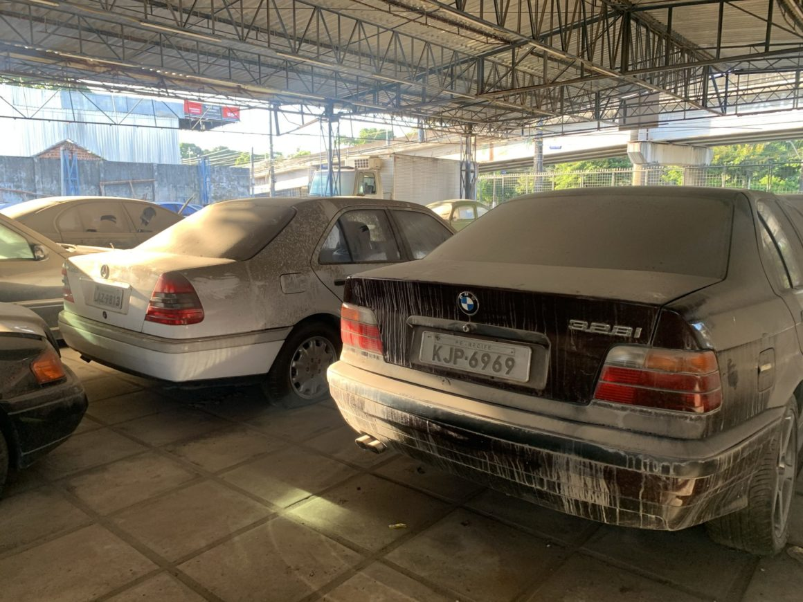 BMW 328i está entre os mais de 200 veículos abandonados em Recife