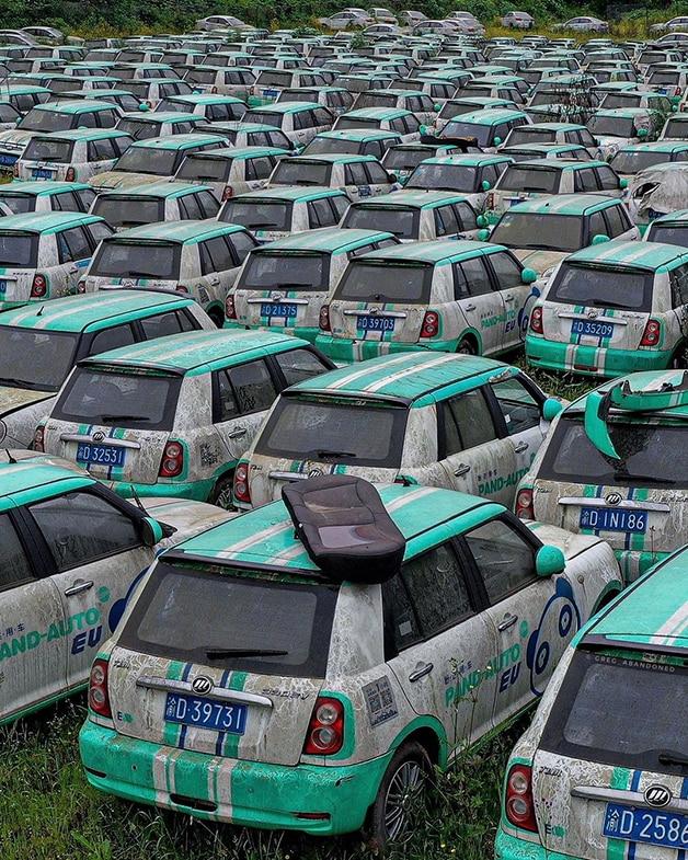 Pátio com veículos abandonados do Pand-Auto cemitério