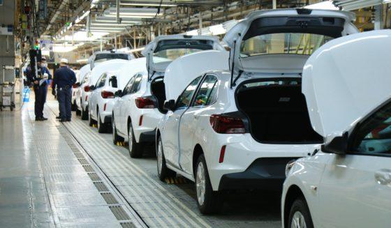 Após retomada, GM vai dobrar produção do trio Onix, Onix Plus e Tracker
